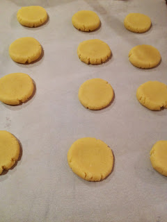 Flattened almond cookies