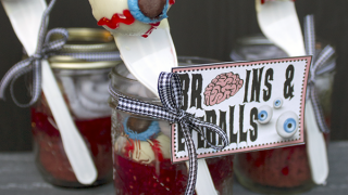 Brains And Eyeballs Halloween Cupcakes In A Jar & Free Printable Tags • Glitter 'N Spice